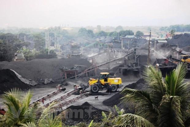 Hoạt động sàng tuyển xít lấy than diễn ra rầm rộ tại các xưởng tuyển xít than tư nhân bên ngoài Mỏ than Phấn Mễ. (Ảnh: P.V/Vietnam+).