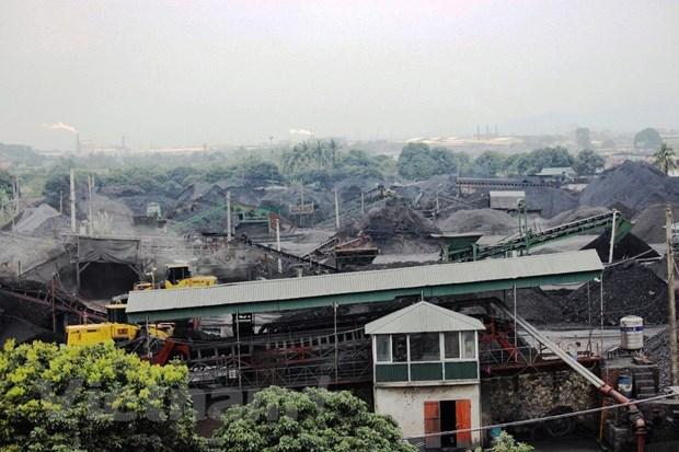 Một bãi tập kết, sàng tuyển xít, than nằm ven sông Kinh Thầy, trên địa bàn tỉnh Hải Dương. (Ảnh: P.V/Vietnam+).