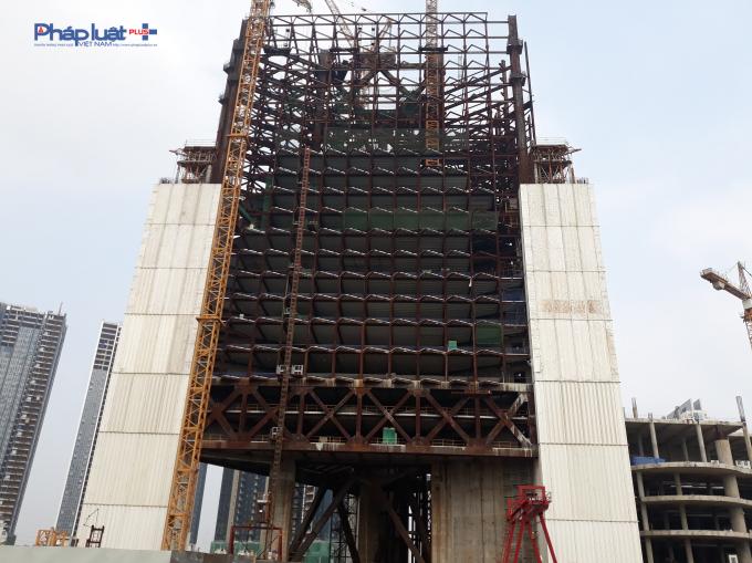 Tòa tháp thứ nhất mới hoàn thiện các tầng phía dưới