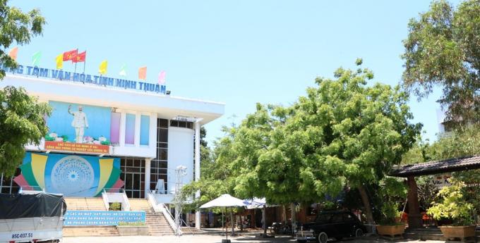 Bên cạnh TTVH là quán cà phê Văn Nghệ được ký hợp đồng 5 năm. (Ảnh: Duy Quan).