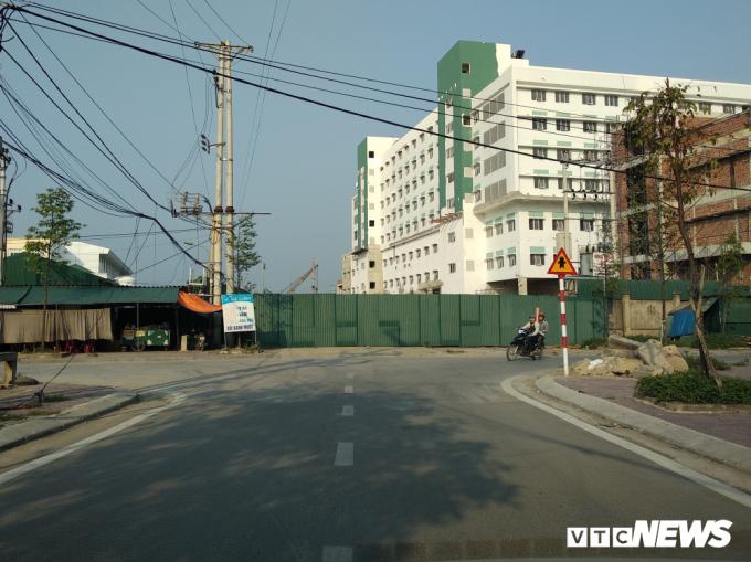 Đường Hồ Tông Thốc bị bịt, khiến người dân phải đi đường vòng xa hơn gần 2km.