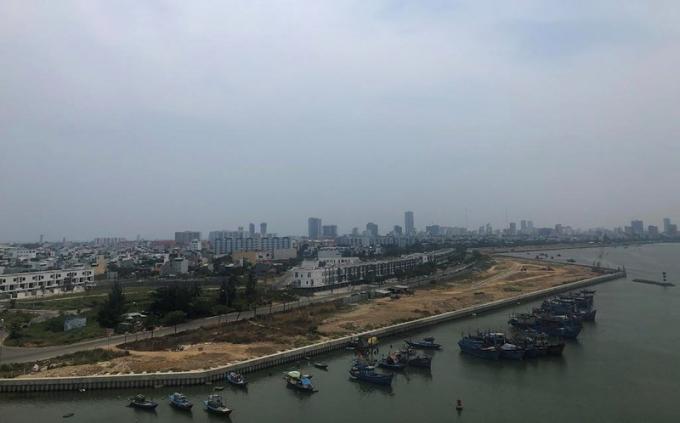 Dự án Bất động sản và bến du thuyền Đà Nẵng lấn sông Hàn. Ảnh: LÊ PHI.