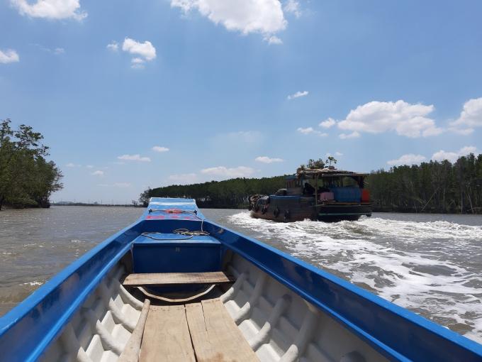 Nhiều người dân địa phương mưu sinh bằng nghề đánh bắt thủy sản trên sông cũng buồn bã khi thấy rừng bị thưa.