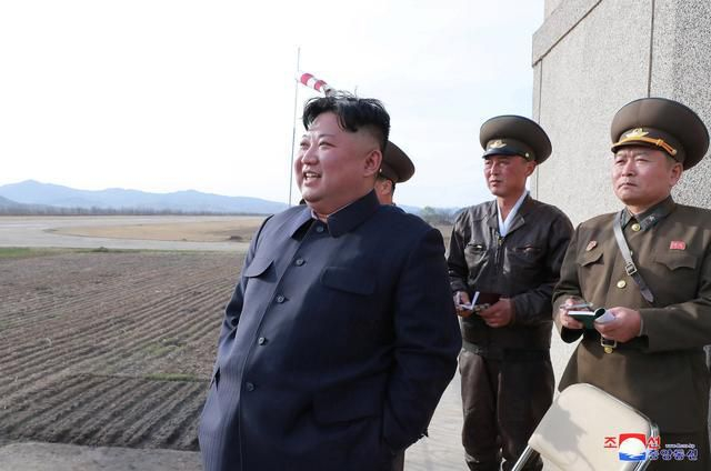 Nhà lãnh đạo Triều Tiên Kim Jong-un thị sát một cuộc diễn tập không quân hôm 17/4. Ảnh: Reuters.