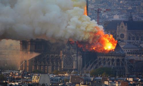 Ngọn lửa bao trùmNhà thờ Đức Bà Paris hôm 15/4. Các nhà điều tra tin rằng một sự cố chập điện có thể là nguyên nhân gây ra vụ hỏa hoạn, đã phá hủy một phần Nhà thờ Đức Bà mang tính biểu tượng của Paris. Ảnh:AFP.