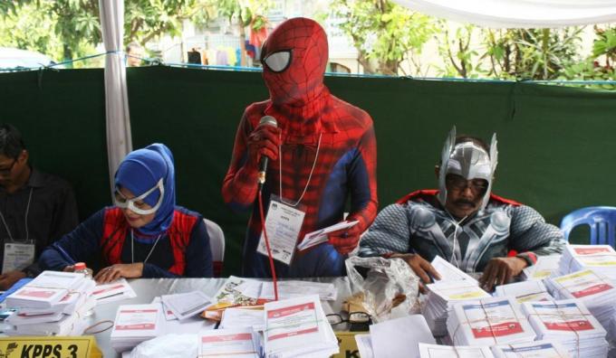 Các quan chức phụ trách bầu cử Indonesia đã áp dụng nhiều cách sáng tạo để thu hút các cử tri nước này đi bỏ phiếu, kể cả nhờ cậy tới sự xuất hiện của ma cà rồng và các siêu nhân. Ảnh: Xinhua.