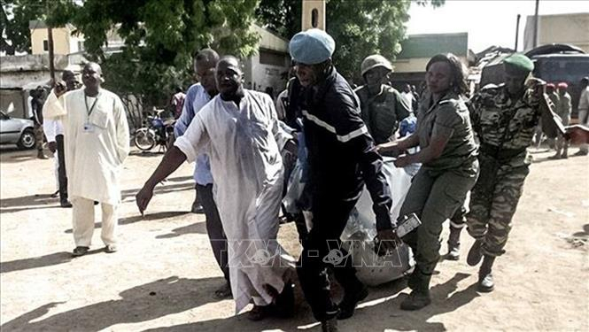 Lực lượng an ninh Cameroon chuyển một nạn nhân vụ tấn công được cho là do phiến quân Boko Haram tiến hành ở thành phố miền Bắc Maroua. Ảnh tư liệu: AFP/TTXVN.