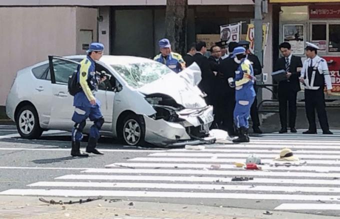 Xe điên đâm người đi bộ ở Tokyo. Chiếc xe do một người đàn ông ở độ tuổi 80 điều khiển đã lao thẳng vào đám người đi bộ, sau đó đâm vào xe tải chở rác ở quận Ikebukuro.Ảnh: Kyodo News.