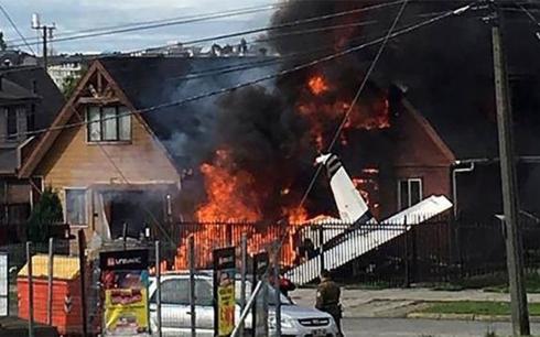 Ít nhất 6 người, bao gồm 2 phụ nữ, 3 nam giới và một phi công thiệt mạng trong vụ máy bay hạng nhẹ rơi trúng một ngôi nhà ở thành phố Puerto Montt, miền Nam Chile.Ảnh: Reuters.