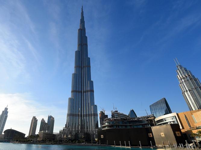 Với chiều cao 827,8m, Burj Khalifa (Dubai) hiện vẫn làtòa nhà chọc trờicao nhất thế giới. Công trình hoàn thành năm 2010, bao gồm 163 tầng.