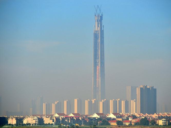 Goldin Finance 117 (còn gọi Tháp 117 Trung Quốc) cao 596 m, hoàn thành năm 2017 nhưng dự kiến đến 2021 mới mở cửa đón khách.
