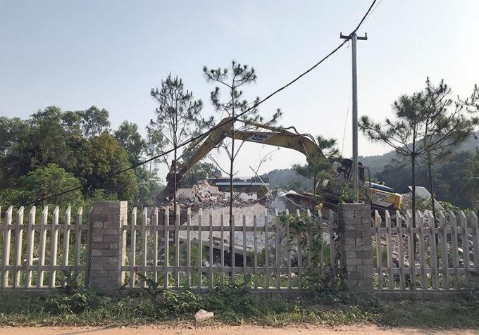 Máy xúc được huy động để đập bỏ công trình vi phạm đấtrừng Sóc Sơn.