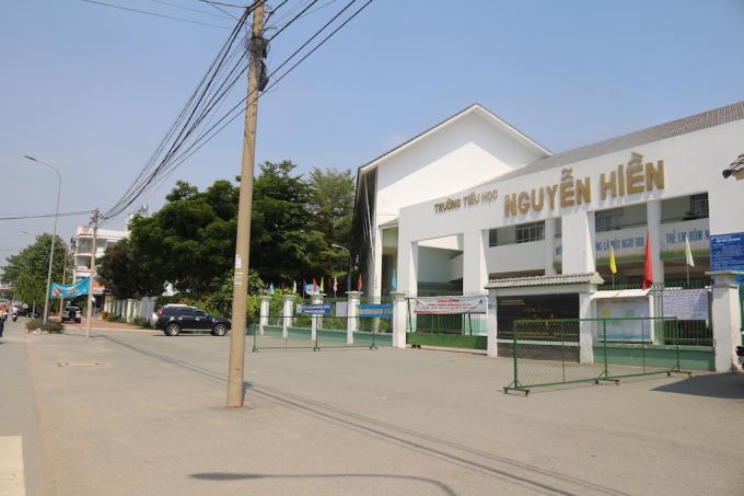 Nhiều phụ huynh trường tiểu học Nguyễn Hiền lo lắng cho sự an toàn cho các em học sinh khi đi qua tuyến đường này.