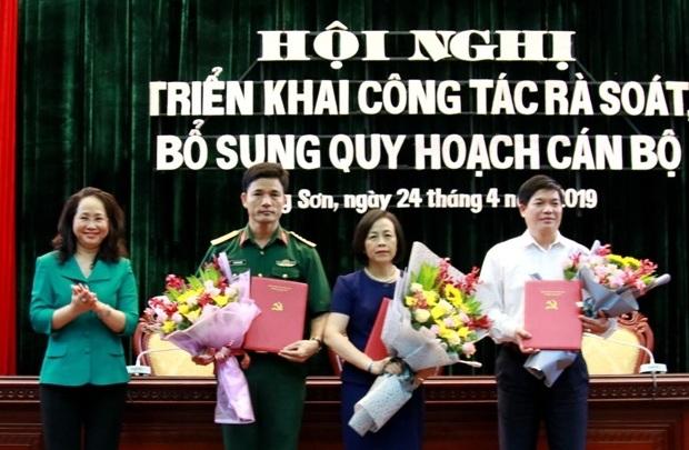 Bí thư Tỉnh ủy Lạng Sơn Lâm Thị Phương Thanh trao quyết định và chúc mừng 3 tân Ủy viên Ban Thường vụ Tỉnh ủy.