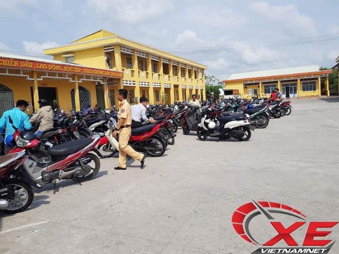 Hàng loạt xe mới được đưa đến phòng CSGT tỉnh Sóc Trăng để bấm biển số.