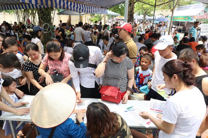 13h, hàng trăm người xếp hàng chờ tới lượt tại khu vực ẩm thực.