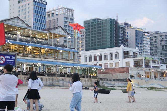Các khách sạn ven biển được du khách lựa chọn hàng đầu khi lưu trú tại Đà Nẵng. Ảnh: Thanh Trần.