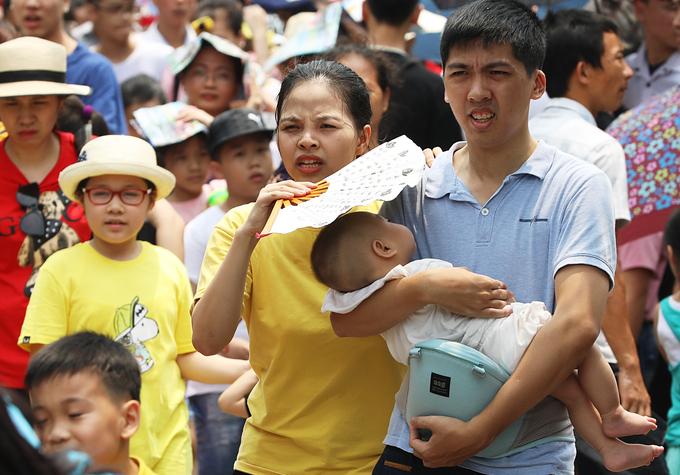 Bất chấp thời tiết nắng nóng, các gia đình vẫn có mặt để tận hưởng không khí những ngày nghỉ lễ.