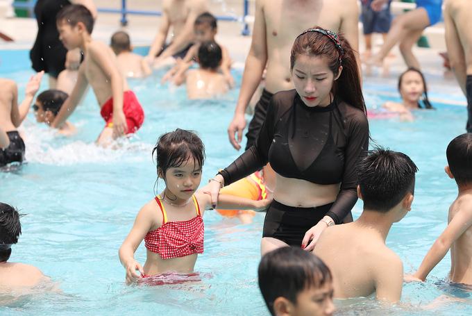 Hai bể bơi được mở cửa, vé 250.000 đồng.