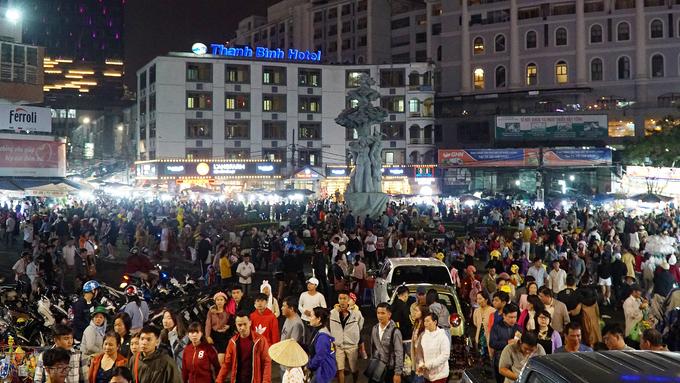 Hơn 22h, chợ vẫn nhộn nhịp và tấp nập du khách. Về đêm, tiết trời Đà Lạt se lạnh, dòng người vẫn ùn ùn kéo về chợ. Khách phải chen nhau mới có thể
