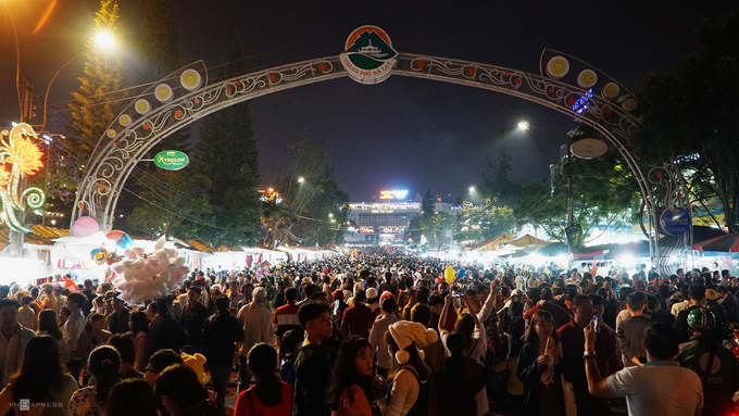 Chợ đêm Đà Lạt xuất hiện cách đây hơn nửa thế kỷ và dần trở thành điểm du lịch thu hút nằm ở trung tâm thành phố. Cuối tuần, các tuyến đường bao quanh chợ cấm các phương tiện xe máy, ôtô để du khách tham quan thuận tiện.