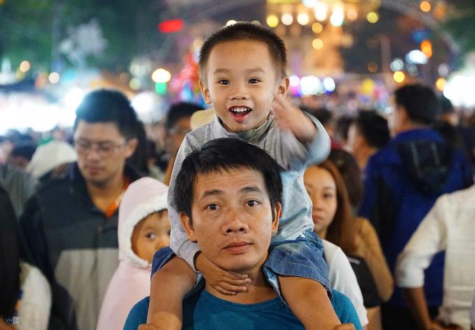 Hầu hết các em nhỏ được phụ huynh bế hoặc cõng trên vai.