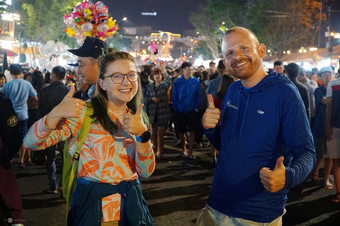 Tuy nhiên, không ít du khách vẫn háo hức với không khí ở chợ đêm. Nicole (bên trái) đến từ Mỹ cho biết, cô cảm thấy mọi thứ tại đây