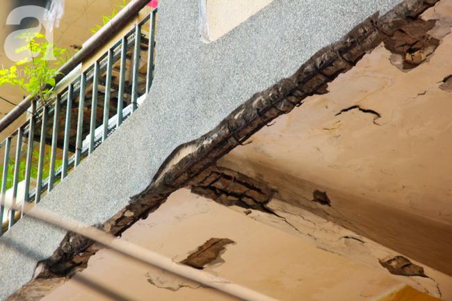 Các mảng tường, trần nhà bong tróc từng mảng lớn.