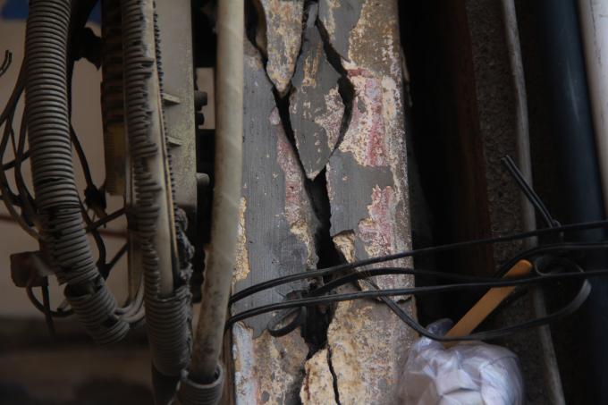 Dùng dây buộc tạm là cách tạm thời người dân có thể giữ các cột trụ không bị đổ sập.