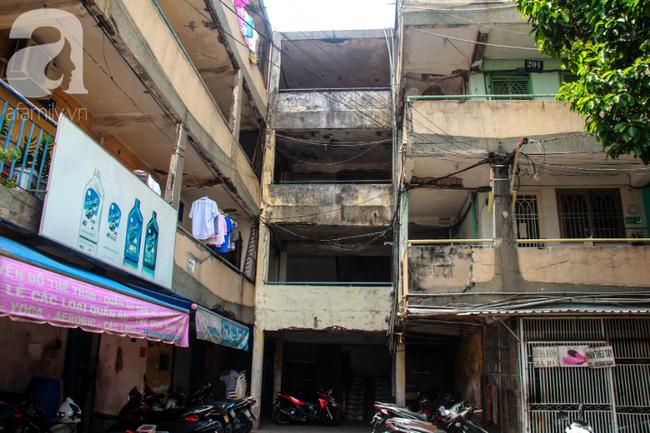 Khu chung cư Vĩnh Hội (quận 4, TP.HCM) đang xuống cấp trầm trọng và có thể sập bất cứ lúc nào.