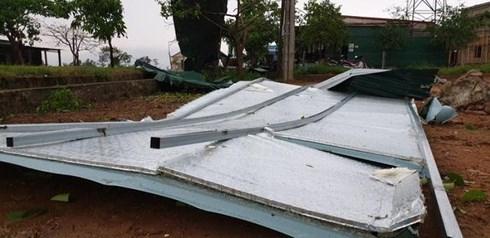 Mái che của một hộ dân bị hất bay xa hàng chục mét.