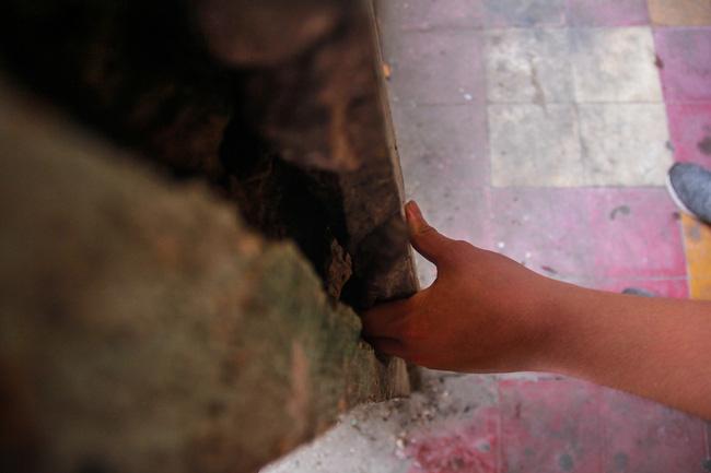 Người Sài Gòn sống trong chung cư xuống cấp, tường nhà nứt toác phải cột bằng dây kẽm, đổ sập bất cứ lúc nào