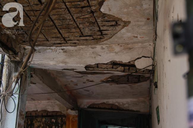 Một mảng lớn trần nhà của lô C chung nư này bị bong tróc, các mảnh bê-tông thường xuyên rơi rớt xuống hành lang gây nguy hiểm cho người qua lại.