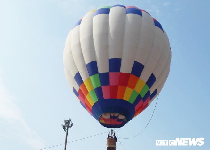 15 phi công các nước Thái Lan, Hàn Quốc, Nhật Bản, Hà Lan và Việt Nam trình diễn 7 khinh khí cầu, trong đó có 3 khinh khí cầu cỡ lớn, 2 khinh khí cầu bay treo để đưa du khách lên độ cao 30 - 50 m và 2 khinh khí cầu mini để du khách trải nghiệm tự điều khiển.