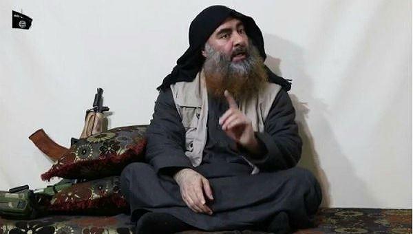 Thủ lĩnh của tổ chức khủng bố Nhà nước Hồi giáo (IS) tự xưng Abu Bakr Al-Baghdadi đã xuất hiện trong một đoạn video tuyên truyền của IS được đăng tải ngày 29/4. Hình ảnh được cắt từ đoạn clip của IS.