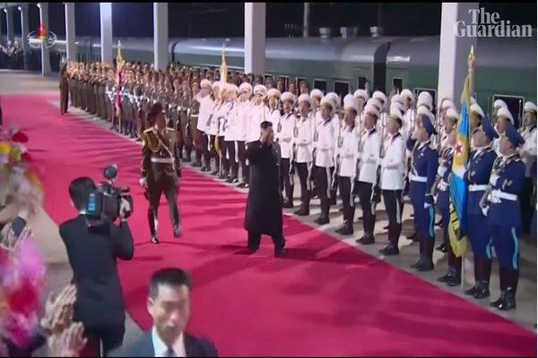 Rạng sáng ngày 30/4, Chủ tịch Triều Tiên Kim Jong Un đã xuống ga tàu ở Triều Tiên, kết thúc chuyến thăm chính thức Liên bang Nga. Ảnh: The Guardian.