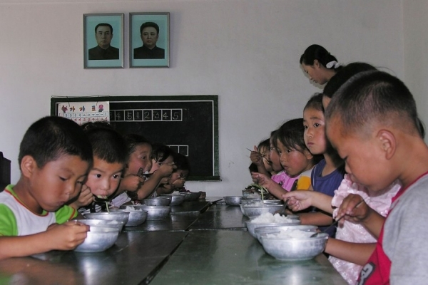 Trẻ em đang ăn trưa tại một trường mẫu giáo công lập ở phía nam Bình Nhưỡng. Ảnh do Chương trình Lương thực Thế giới cung cấp.
