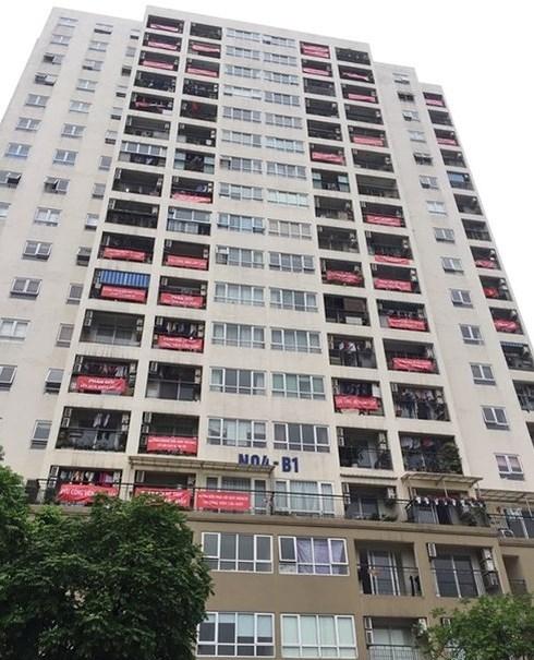 Người dân chung cư ở phường Dịch Vọng (Cầu Giấy, Hà Nội) đã cùng nhau treo banner, khẩu hiệu để thể hiện ý kiến giữ nguyên công viên, phản đối dự án bãi đỗ xe ngầm và trung tâm thương mại xẻ thịt công viên.