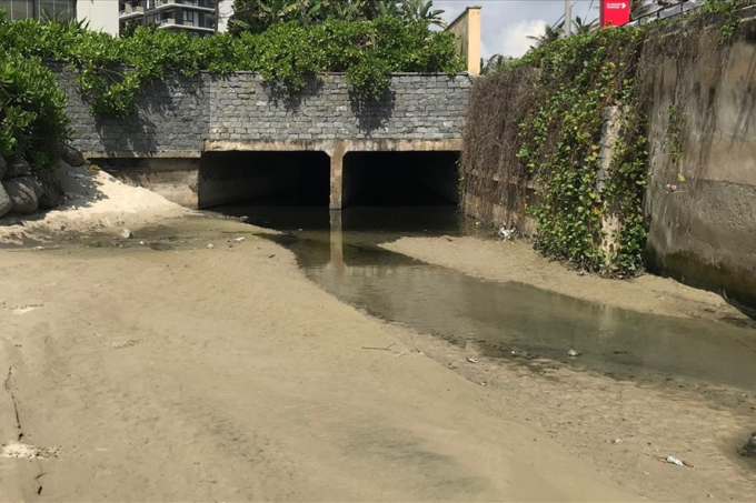 Một cống xả thải ở ven biển Đà Nẵng.