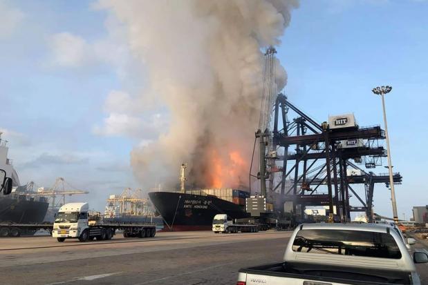Ngày 25/5, các quan chức Thái Lan cho biết một đám cháy đã bùng phát tại một tàu chở hàng neo đậu tại cảng Laem Chabang, tỉnh Chonburi của Thái Lan, gây nổ và làm ít nhất 25 công nhân cảng bị thương.