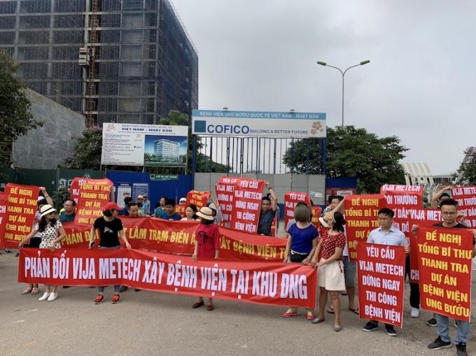Cư dân Đoàn Ngoại giao căng băng rôn phản đối việc thay đổi quy hoạch tại khu đô thị.