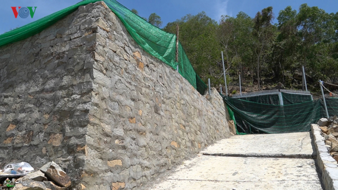 Người dân tự làm đường và xây dựng bờ bao bằng đá núi.