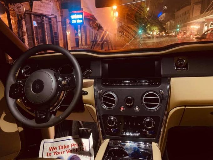 Bên trong xe Rolls-Royce Cullinan thứ 3.