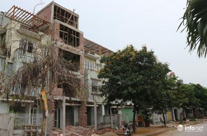 Nhà liền kề số 46 khu LK 23 đang thay đổi thiết kế mặt ngoài và xây dựng thêm tầng.