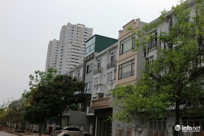 2 căn nhà liền kề đã hoàn thành và có chiều cao khác với cả dãy liền kề....