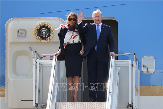 Tổng thống Mỹ Donald Trump (phải) và Đệ nhất phu nhân Melania Trump tới sân bay Stansted ở London, Anh ngày 3/6/2019. Ảnh: AFP/TTXVN
