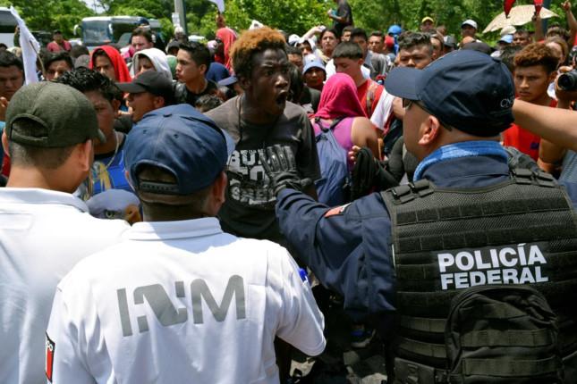Các binh sĩ, cảnh sát vũ trang và quan chức di cư Mexico đã chặn hàng trăm người di cư sau khi họ vượt qua biên giới từ Guatemala. Ảnh: Reuters.