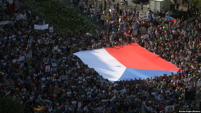 Hàng trăm ngàn người đã đổ ra đường phố Praha, thủ đô Cộng hòa Séc biểu tình để yêu cầu Thủ tướng Andrej Babis từ chức vì cáo buộc tham nhũng tiền trợ cấp từ EU. Nguồn: vietnamnet.vn.
