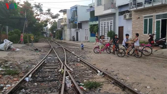 Có nhiều đoạn đường sắt chạy trong khu dân cư.