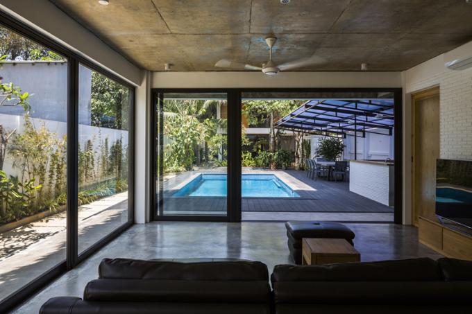 Nếu như bên trong là khu vực nghỉ ngơi riêng tư của gia đình thì hồ bơi, sân vườn bên ngoài sẽ là nơi sinh hoạt chung.